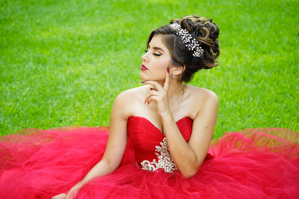 Top 5 Cute and Classic Prom Poses to Copy