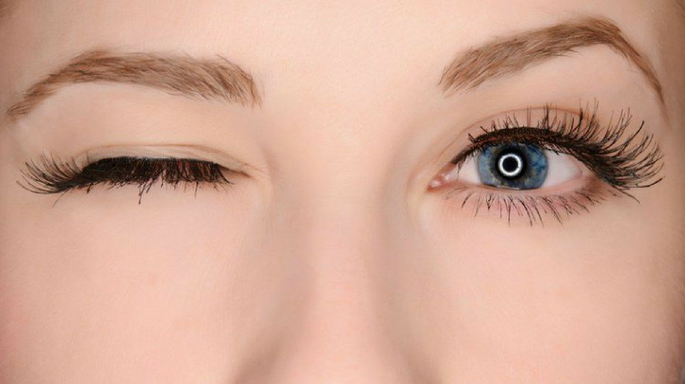 How to Apply Fake Eyelashes Quickly